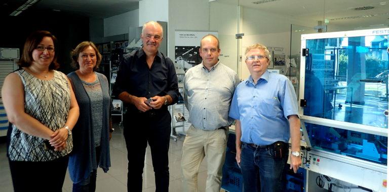 L'équipe de Technifutur, composée de Fatiha Chelghoum, Martine Simonis, Georges Nikolaïdis, Dominique Hermesse, et Frédérik Cambier, en visite à l'usine de Festo à Scharnhausen.