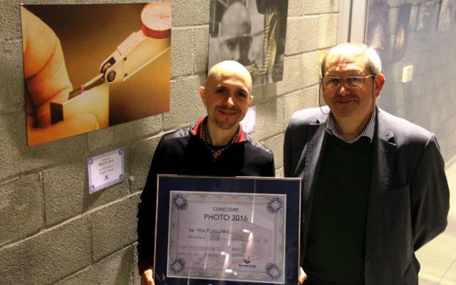 Serge Truscia, qui a remporté le prix du personnel, aux côtés de Noël Sherer, directeur de Technifutur