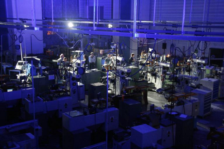 L'atelier conventionnel éclairé aux couleurs de l'anniversaire.
