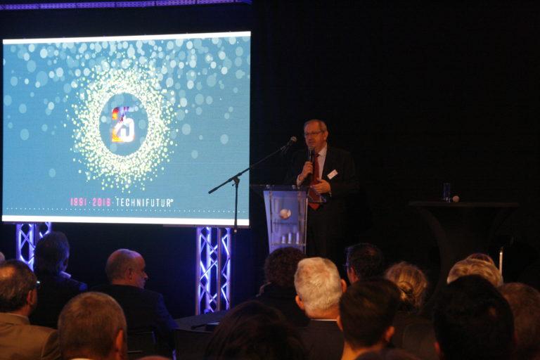 Noël Scherer, directeur de Technifutur, invitant les participants à rejoindre la partie festive.