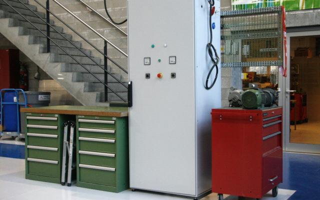 Une armoire électrique installée, vue de face.